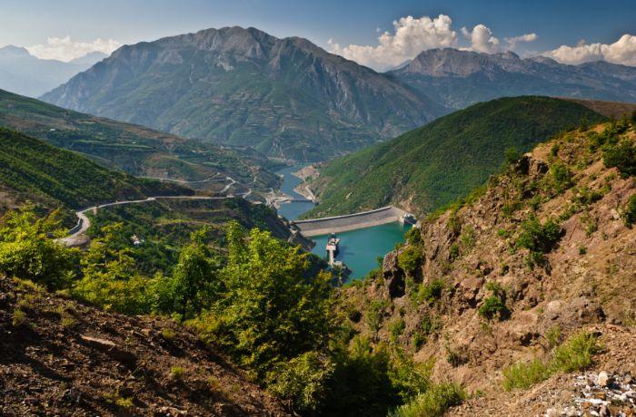 В Албании строится все больше солнечных ферм и гидроэлектростанций мощностью до 2 МВт