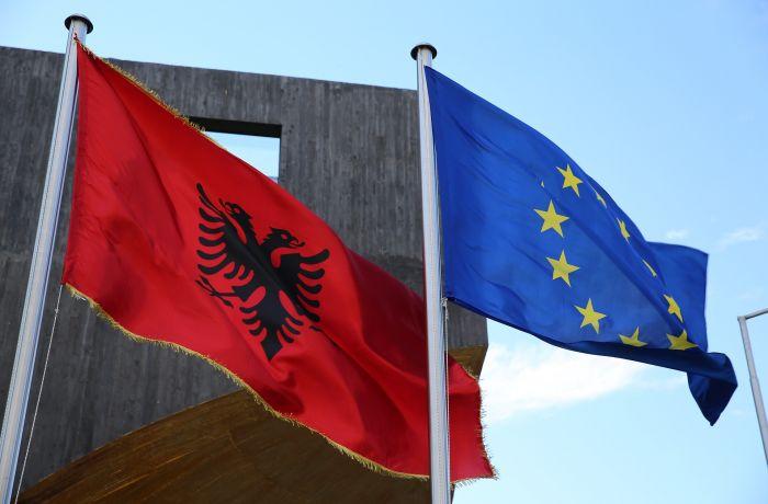 Почти половина албанцев верят, что их страна вступит в ЕС через 5 лет