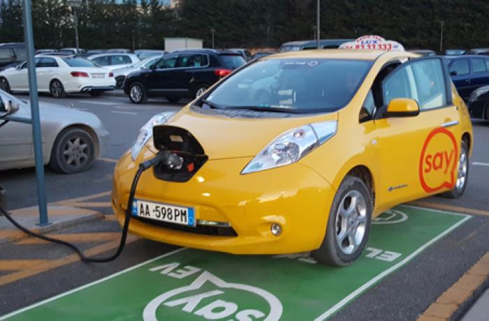 Пересадить таксистов на электромобили хотят в Албании