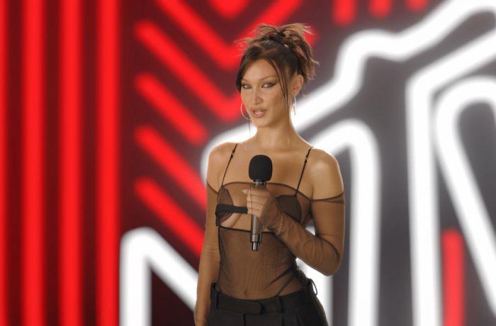 Модель Белла Хадид посетила MTV VMA 2020 в наряде от албанского дизайнера